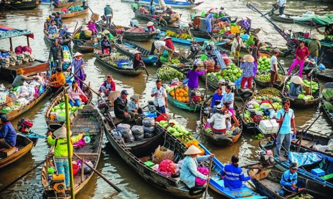 Discover the famous floating markets on Mekong Delta